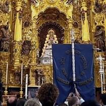 Simpecado ante la Virgen del Rocío